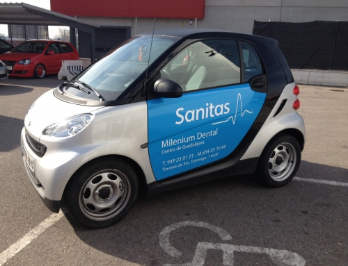 Vinilado coche Smart para Milenium Dental (Sanitas)